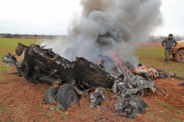 Un helicóptero militar sirio fue derribado en la provincia de Idlib, devastada por la guerra de Siria, matando a ambos pilotos, informó el SOHR y un corresponsal de la AFP.