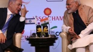 رئيس الوزراء الاسرائيلي بنيامين نتانياهو (يسار) مع رئيس الوزراء الهندي ناريندرا مودي (يمين) خلال قمة في نيودلهي 15 ك2/يناير