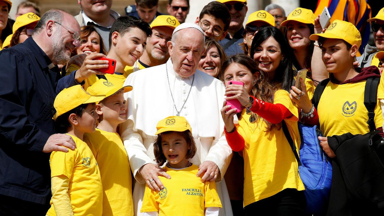 El Papa Francisco posa con un grupo de jóvenes luego de la audiencia papal en el Vaticano el 8 de mayo de 2019.