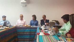 La canciller María Ángela Holguín (centro) participa de encuentro con delegados de FARC y ELN en Montecristi, Ecuador, el 23 de octubre de 2017.