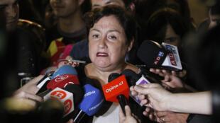 La excandidata presidencial del izquierdista Frente Amplio, Beatriz Sánchez, ofrece declaraciones a los medios de comunicación en Santiago, el lunes 4 de diciembre de 2017.
