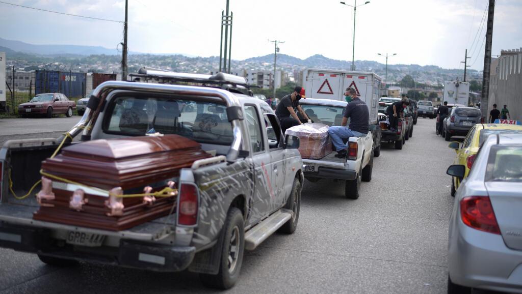 FOTO En medio del anuncio de un nuevo cementerio en Guayaquil, Ecuador, filas de carros continuaron yendo al cementerio el 2 de marzo de 2020 con sus propios ataúdes para buscarle un espacio a los muertos, muchos contagiados por Covid-19.