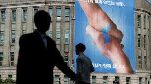 Un afiche alusivo a la cumbre del 27 de abril en un edificio de Seúl, capital de Corea del Sur, el 25 de abril de 2018