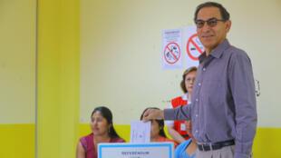 El presidente de Perú, Martín Vizcarra, vota durante un referendo sobre reformas judiciales y políticas en Perú, el 9 de diciembre de 2018.