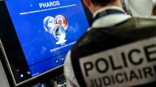 La plateforme Pharos (Plateforme d'harmonisation, d'analyse, de recouvrement et d'orientation des signalements) permet aux internautes de signaler des contenus à caractère notamment terroriste ou pédopornographique.