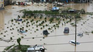 Los automóviles están parcialmente sumergidos en las inundaciones después de que el tifón Lekima golpeara la ciudad de Dajing en Wenzhou, provincia de Zhejiang, China , 10 de agosto de 2019.