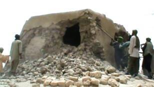 صورة مأخوذة من فيديو لإسلاميين يهدمون ضريحا تاريخيا في تمبكتو نشرت في 1 تموز/يوليو 2012