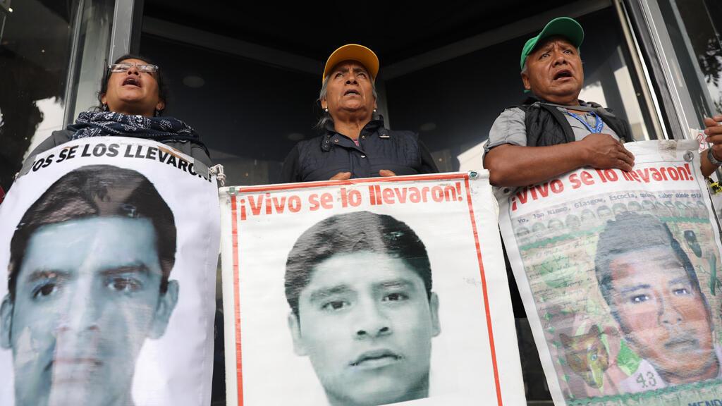 Padres y familiares de algunos de los 43 estudiantes de Ayotzinapa. ¡Vivos se los llevaron!, se lee en las pancartas.