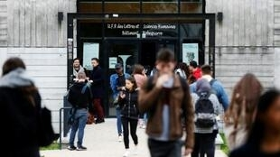 Des étudiants sortent du bâtiment de lettres et sciences humaines de l'université de Rouen, à Mont-Saint-Aignan (Seine-Maritime) le 11 octobre 2017