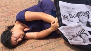 Una de las artistas participantes en el II Encuentro Internacional de Arte, Pensamiento y Fronteras en Cúcuta, Colombia, el 28 de septiembre de 2019, en un performance sobre el drama migratorio de miles de venezolanos a raíz de la crisis.