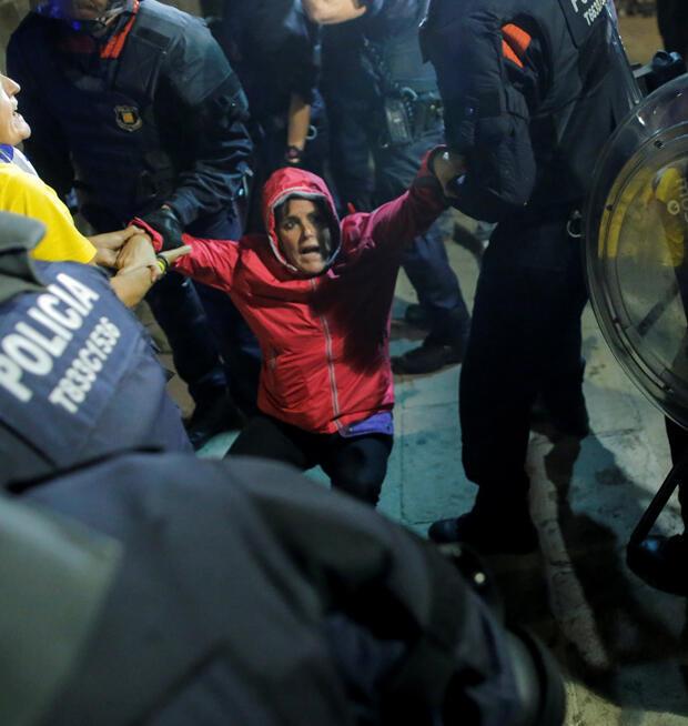 Los manifestantes son expulsados después de tratar de ingresar al Parlamento catalán al final de una manifestación este 1 de octubre de 2018.