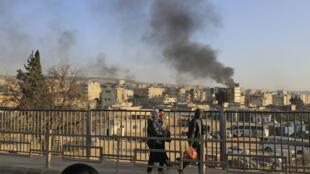 حرق الإطارات في عفرين السورية للتشويش على مجال رؤية الطائرات التركية