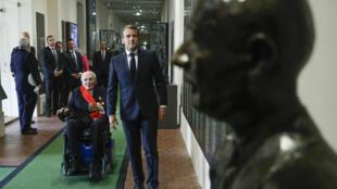 Le président français Emmanuel Macron et Hubert Germain l'un des quatre derniers Compagnons de la Libération encore vivant devant le buste de Charles de Gaulle, au Musée de la Libération, le 18 juin 2020
