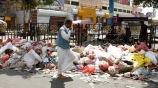 نفايات تلوث أحد شوارع العاصمة اليمنية، الأحد 7 أيار/مايو 2017