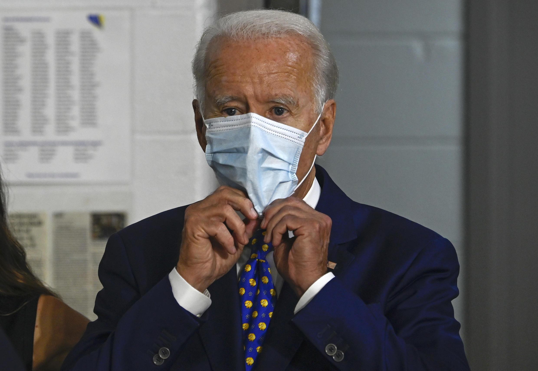 """Les organisateurs de la convention du parti démocrate ont annoncé, le 5 août 2020, que le candidat démocrate à la présidentielle, Joe Biden, n'ira pas en personne accepter sa nomination à la convention démocrate de Milwaukee, """"afin de protéger la santé publique"""" en pleine pandémie de Covid-19."""
