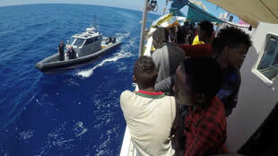 Un grupo de los migrantes rescatados por el Lifeline el 23 de junio de 2018.