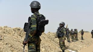 Des soldats camerounais patrrouillant à la frontière nigériane, zone d'influence de Boko Haram