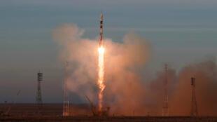 La nave lanzada desde Kazajistán el 3 de diciembre, lleva una tripulación que realizará investigaciones en la EEI por más de seis meses.