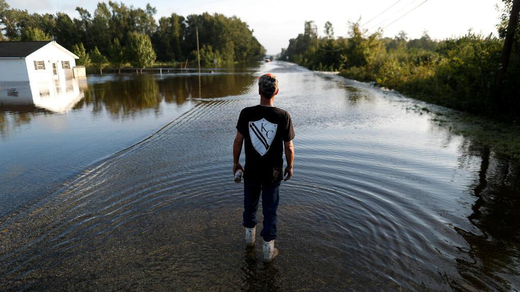 Un miembro de la marina de guerra de Cajun camina en una carretera inundada tras el paso de Florence en Dillon, Carolina del Sur, EE. UU., el 17 de septiembre de 2018.