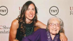 Yevnige Salibian et sa petite-fille Taline, lors du gala de la USC Shoah Foundation, le 7 mai 2014 à Century City, en Californie.