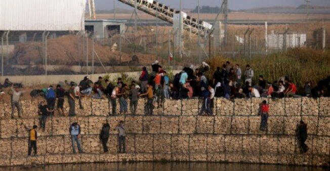 """محتجون فلسطينيون في غزة بالقرب من السياج الحدودي مع إسرائيل في إطار تظاهرات """"مسيرة العودة"""" في 06 نيسان/أبريل 2018"""