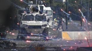 Des forces loyales au président Nicolas Maduro affrontent les soutiens de l'opposant Juan Guaido après un soulèvement de militaires, à Caracas le 30 avril 2019.