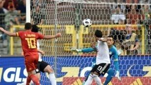 البلجيكي ادين هازار (يسار) يسجل في مرمى منتخب مصر في مباراة ودية في كرة القدم في بروكسل في 6 حزيران/يونيو 2018
