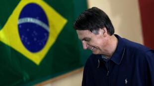 Jair Bolsonaro , legislador de extrema derecha y candidato presidencial del Partido Social Liberal (PSL), emite su voto en Río de Janeiro, Brasil, el 7 de octubre de 2018.