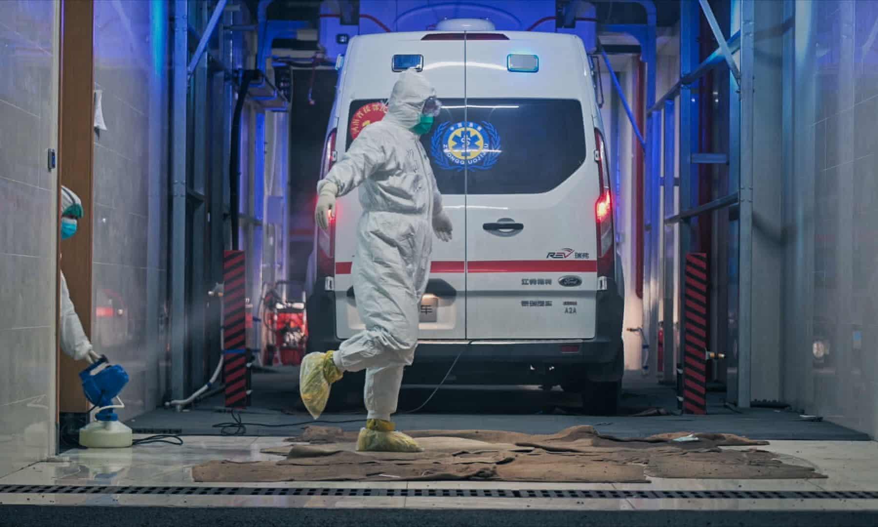 """Une équipe médicale à Wuhan se désinfecte, sur le documentaire d'Ai Weiwei, """"Coronation""""."""