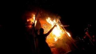 Vista del monumento al General Manuel Baquedano en llamas durante las protestas contra el Gobierno del presidente chileno Sebastián Piñera el viernes 6 de marzo en Santiago (Chile).