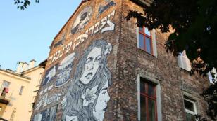 Une fresque de street-art à Kazimierz, l'ancien quartier juif de Cracovie, rendant hommage à une famille juive ayant habité dans l'immeuble jusqu'à la guerre.