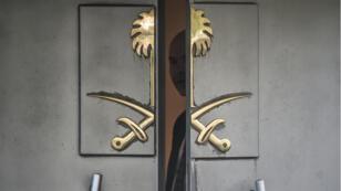 Un officiel derrière la porte du consulat d'Arabie saoudite à Istanbul, le 8 octobre 2018.