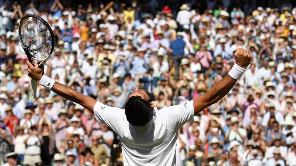El serbio Novak Djokovic celebra la final masculina de singles de Wimbledon ante el sudafricano Kevin Anderson en Londres, Inglaterra el 15 de julio de 2018.
