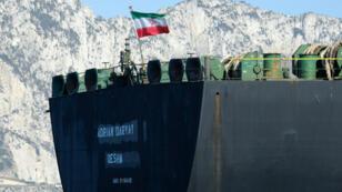 Un drapeau iranien flotte à bord du pétrolier Adrian Darya 1, anciennement connu sous le nom de Grace 1, au large de Gibraltar, le 18 août 2019.