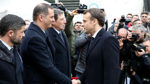 El presidente francés, Emmanuel Macron (d), saluda al nacionalista Gilles Simeoni, actual presidente del Ejecutivo corso, previo a la ceremonia en memoria del prefecto de Córcega Claude Érignac