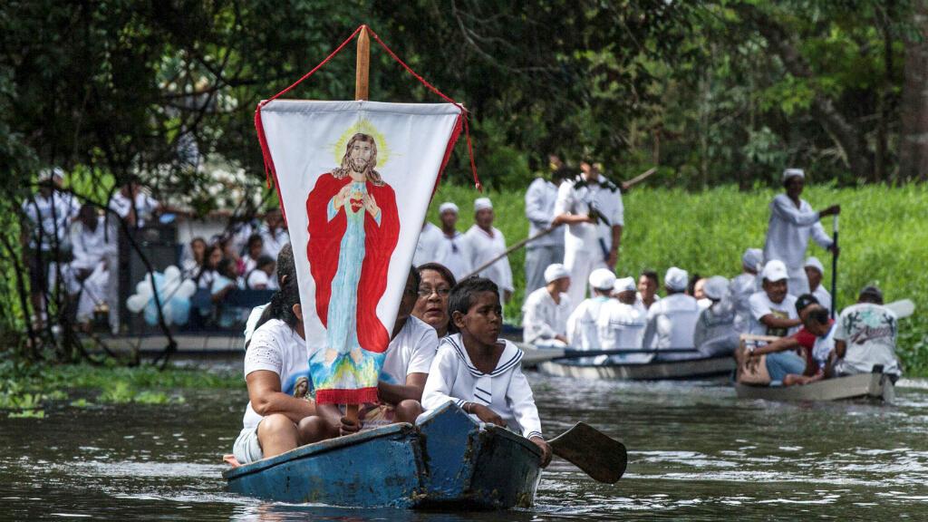 En una imagen de archivo, peregrinos católicos hacen una procesión en el río Caraparu, en la selva amazónica, en 2012