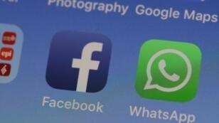تظبيقات فيسبوك وواتساب على هاتف آيفون بتاريخ 14 أيار/مايو 2019 في كاليفورنيا