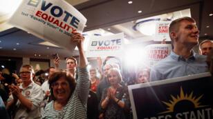 Los partidarios aplauden cuando el candidato demócrata al Congreso de EE. UU., Greg Stanton, pronuncia un discurso de victoria en la Fiesta de la Noche de Elecciones del Partido Demócrata de Arizona en el Renaissance Phoenix Downtown Hotel en Phoenix, Arizona, 6 de noviembre de 2018.