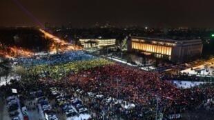رومانيون يتظاهرون ضد الحكومة في بوخارست في 12 شباط/فبراير 2017