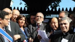 دليل بوبكر رئيس المجلس الفرنسي للديانة الإسلامية (الثاني/يمين)