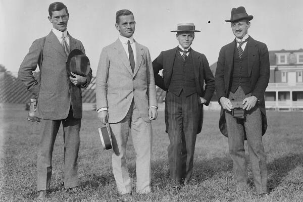 Carl Diem (à droite), secrétaire général du comité d'organisation allemand pour les Jeux de 1916 et 1936, lors de sa visite à l'université de Princeton, aux États-Unis en 1913.