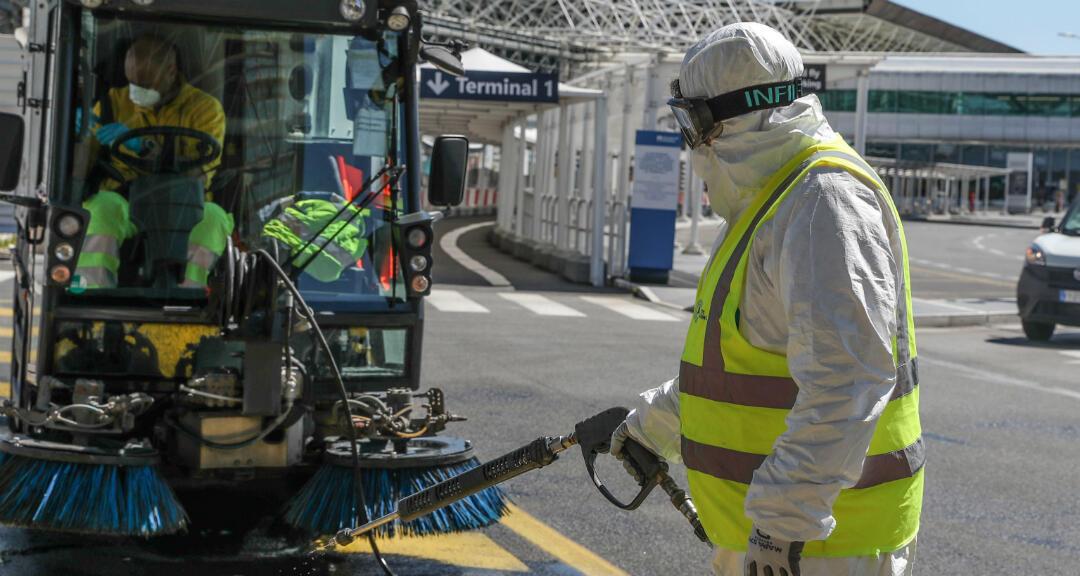 Un funcionario realiza operaciones de saneamiento durante la emergencia de coronavirus en el aeropuerto de Fiumicino, cerca de Roma, Italia, el 15 de abril de 2020.