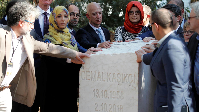 Hatice Cengiz, prometida Jamal Khashoggi, rodea junto a otros participantes, un monumento que marca el primer aniversario del asesinato del periodista en Estambul, Turquía, el 2 de octubre de 2019.