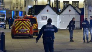 La police sécurise le marché de Noël de Nantes, où un automobiliste a foncé sur des piétons faisant au moins 10 blessés, le 22 décembre 2014.