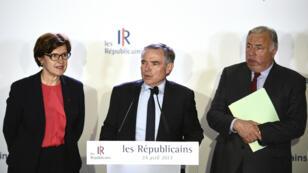 Le secrétaire général du parti Les Républicains Bernard Accoyer, entouré d'Annie Genevard et de Gérard Larcher, lundi 24 avril 2017, au siège de LR à Paris.