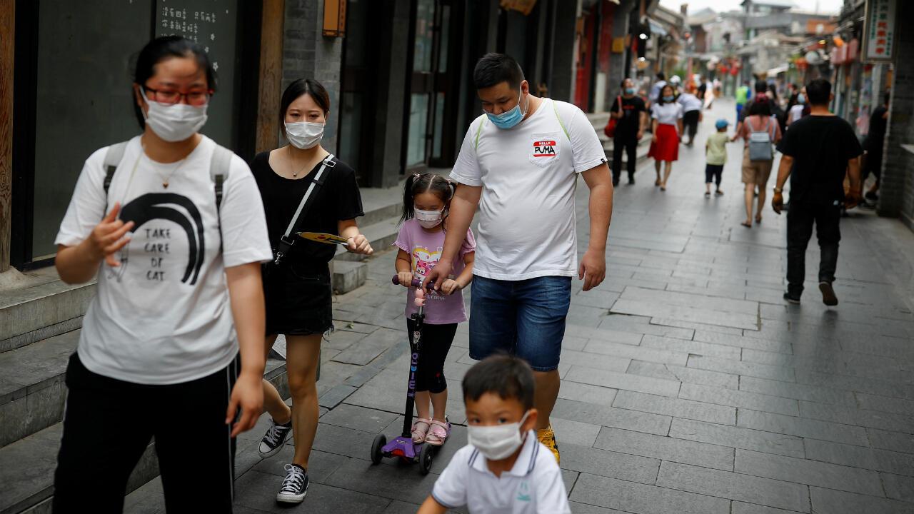 Gente caminando en la zona turística que rodea el lago Houhai. Beijing, China, el 13 de junio de 2020.