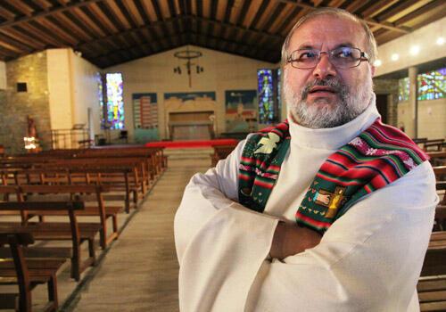 Le curé Alain Krauth dans l'église St Jean Baptiste. (Photo : S. Trouillard)