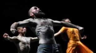 """Répétition d'une scène de """"Outwitting the devil"""" d'Akram Khan, le 16 juillet 2019 en Avignon"""