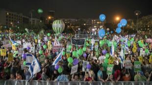 Les manifestants israéliens sont rassemblés sur la place Rabin à Tel-Aviv pour protester contre la politique de Benjamin Netanyahou en matière de colonisation, le 27 mai 2017.