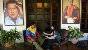 تشهد فنزويلا نزاعا سياسيا بين المعارضة والحكومة أدى إلى انهيار اقتصاد هذا البلد النفطي